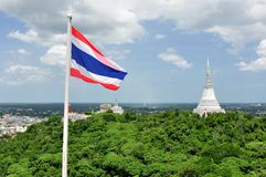 Thailändsk flagga & vit Pagoda i Khao Wang kunglig personslott Royaltyfria Bilder