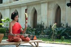 Thailändsk flicka i traditionell klänning, i att spela thailändsk lurendrejeri Arkivbilder