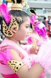 Thailändsk flicka i traditionell klänning under in en ståta Royaltyfri Bild
