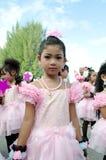 Thailändsk flicka i traditionell klänning under in en ståta Fotografering för Bildbyråer