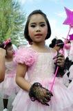 Thailändsk flicka i traditionell klänning under in en ståta Royaltyfria Bilder