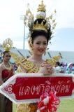 Thailändsk flicka i traditionell klänning under in en ståta Arkivfoto