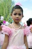 Thailändsk flicka i traditionell klänning under in en ståta Royaltyfri Fotografi