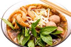 Thailändsk food.noodle-soppa med grisköttbollen. Arkivbild