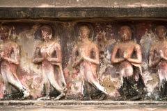 Thailändsk forntida skulptur på väggen Arkivfoto