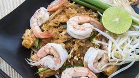 Thailändsk Fried Noodle With Prawn Pad thailändsk Gung gräsmark arkivfoto