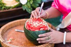 Thailändsk frukt som snider, arbete för traditionell konst Arkivbilder