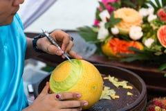 Thailändsk frukt som snider, arbete för traditionell konst Arkivfoto