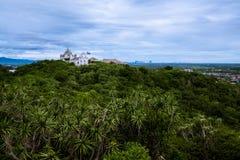 Thailändsk gammal slott överst av berget Arkivfoton