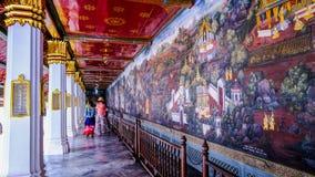 Thailändsk gammal stilmålningkonst & x28; 1931& x29; av den Ramayana berättelsen på tempelväggen av berömda Wat Phra Kaew i Bangk Royaltyfri Foto
