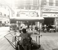 Thailändsk gatamat i gammal stad Arkivfoto