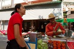 Thailändsk gatuförsäljare och kund Bangkok Thailand Arkivbild