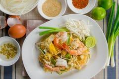Thailändsk Goong för block gräsmark Fried Rice Sticks med räka Arkivfoton