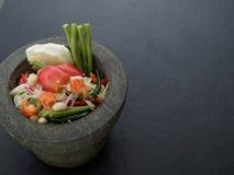 Thailändsk grön tam för papayasalladSom i granitmortel på mörk bakgrund Arkivfoton