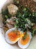 Thailändsk grönsaknudel och ägg Arkivbild