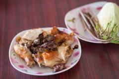 Thailändsk grillad höna, thailändsk mat, grillade fega Wichian Buri Royaltyfria Bilder