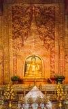 Thailändsk guld- buddha för Phra Sihing Buddha staty Royaltyfria Foton