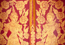 Thailändsk guld- dörr för färggilttempel royaltyfria foton