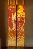 Thailändsk guld- målning på trädörr Royaltyfri Bild