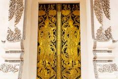 Thailändsk guld- målningsdörr Arkivbild