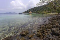 Thailändsk härlig strand och sjösida Arkivfoton