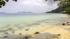Thailändsk härlig strand och sjösida Arkivfoto
