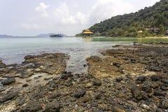 Thailändsk härlig strand och sjösida royaltyfri fotografi