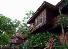 Thailändsk husbyggnadsarkitektur & uteplats Arkivbild