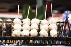 Thailändsk köttboll med bambupinnen Arkivfoton