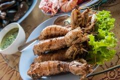 Thailändsk kokkonst: Stekt bönsyrsaräka med vitlök Royaltyfri Fotografi