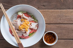Thailändsk kokkonst Sukiyaki med ärret på träbakgrund och utrymme f Fotografering för Bildbyråer