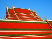 Thailändsk konst på takkyrka på den thailändska templet Arkivbild