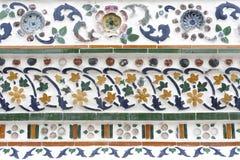 Thailändsk konstvägg runt om Wat Arun Rajwararam Arkivfoton