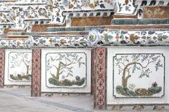 Thailändsk konstvägg runt om Wat Arun Rajwararam Royaltyfri Bild