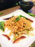 Thailändsk kryddig finhackad grisköttsallad med torkad grillad chili och grillade kaffirlimefruktsidor fotografering för bildbyråer