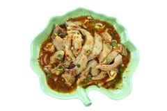 Thailändsk kryddig grillad grisköttsallad som isoleras på vit bakgrund Royaltyfri Fotografi