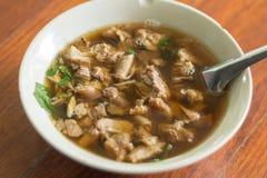 Thailändsk kryddig och sur soppa av nötköttinälvor Royaltyfri Bild