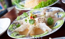 Thailändsk kryddig räka i salt sås. Arkivfoton