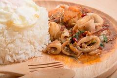 Thailändsk kryddig stekte ris för matbasilika skaldjur Royaltyfria Bilder