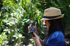Thailändsk kvinna för stående i morgontid på på Phang Nga Thailand Arkivfoto