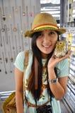 Thailändsk kvinna för stående med Owl Doll Royaltyfri Foto
