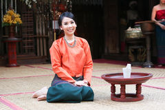 Thailändsk kvinna i en traditionell northtern thai dräkt Fotografering för Bildbyråer