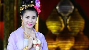 Thailändsk kvinna i traditionell dräkt av Thailand arkivfilmer