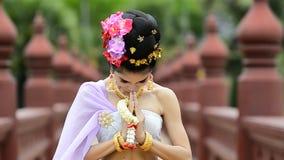 Thailändsk kvinna i traditionell dräkt av Thailand lager videofilmer