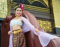 Thailändsk kvinna i traditionell dräkt av Thailand Royaltyfri Foto