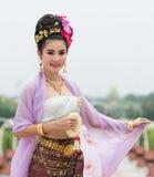 Thailändsk kvinna i traditionell dräkt av Thailand Royaltyfria Foton