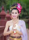 Thailändsk kvinna i traditionell dräkt av Thailand Arkivfoto