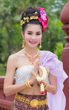 Thailändsk kvinna i traditionell dräkt av Thailand Royaltyfri Bild