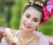 Thailändsk kvinna i traditionell dräkt av Thailand Royaltyfri Fotografi