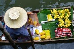 Thailändsk kvinna och hennes fartyg, i att sväva marknaden Arkivbilder